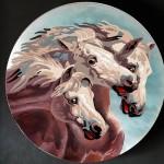 Trois chevaux en micro-peinture sur une nacre