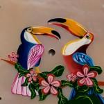Deux toucans stylisés, peints en micro-peinture sur une nacre rose.