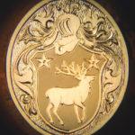 Gravure d'une chevalière en or avec des armoiries